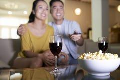 Szczęśliwy pary dopatrywania film w domu zdjęcia stock