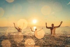 Szczęśliwy rodzinny bawić się w morzu zdjęcia royalty free