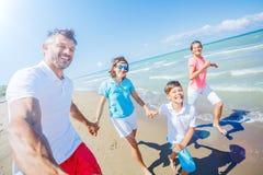 Szczęśliwy rodzinny mieć zabawę przy plażą wpólnie Zabawy szczęśliwy styl życia w lato czasie wolnym obraz stock