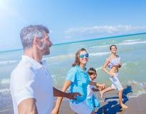 Szczęśliwy rodzinny mieć zabawę przy plażą wpólnie Zabawy szczęśliwy styl życia w lato czasie wolnym zdjęcia stock