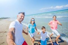 Szczęśliwy rodzinny mieć zabawę przy plażą wpólnie Zabawy szczęśliwy styl życia w lato czasie wolnym obraz royalty free