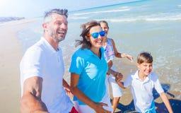 Szczęśliwy rodzinny mieć zabawę przy plażą wpólnie Zabawy szczęśliwy styl życia w lato czasie wolnym obrazy royalty free