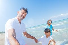 Szczęśliwy rodzinny mieć zabawę w lato czasie wolnym obraz stock