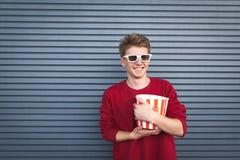 Szczęśliwy widz w kinie z popkornem w jego ręki Copyspace obraz stock