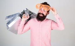 Szczęśliwy zakupy z wiązek papierowymi torbami Zyskowna transakcja Robić zakupy uzależnionego konsumenta Dlaczego dostawać gotowy zdjęcia stock