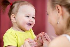 Szczęście - dziecko z jej matką Fotografia Stock