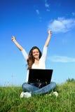 Szczęście kobieta z laptopem Zdjęcia Royalty Free