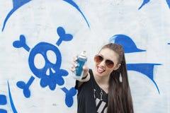 Szczęście młoda kobieta cieszy się graffiti kiści farbę Fotografia Stock