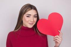 Szczęście miłości dziewczyny nastoletni papierowy serce zdjęcie royalty free