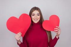 Szczęście miłości dziewczyny nastoletni papierowy serce obraz royalty free