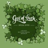 Szczęście oferty specjalnej sprzedaży kaligrafii logo na zielonego papieru rżniętym koniczynowym tle ilustracji