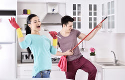 Szczęście para po czyścić dom zdjęcia stock