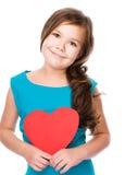 Szczęście - uśmiechnięta dziewczyna z czerwonym sercem Zdjęcia Royalty Free