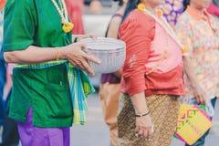 Szczęście wieśniacy ubierali w pięknych lokalnych kostiumach łączą paradę świętować Songkran festiwal przy zakazem Nong Khao wewn obraz stock