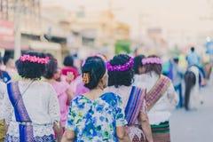 Szczęście wieśniacy ubierali w pięknych lokalnych kostiumach łączą paradę świętować Songkran festiwal przy zakazem Nong Khao wewn obraz royalty free