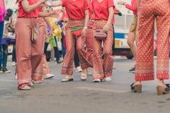 Szczęście wieśniacy ubierali w pięknych lokalnych kostiumach łączą paradę świętować Songkran festiwal przy zakazem Nong Khao wewn obrazy stock