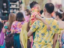 Szczęście wieśniacy ubierali w pięknych lokalnych kostiumach łączą paradę świętować Songkran festiwal przy zakazem Nong Khao wewn obrazy royalty free