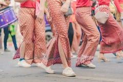 Szczęście wieśniacy ubierali w pięknych lokalnych kostiumach łączą paradę świętować Songkran festiwal przy zakazem Nong Khao wewn zdjęcia stock