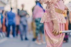 Szczęście wieśniacy ubierali w pięknych lokalnych kostiumach łączą paradę świętować Songkran festiwal przy zakazem Nong Khao wewn fotografia stock