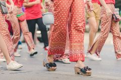 Szczęście wieśniacy ubierali w pięknych lokalnych kostiumach łączą paradę świętować Songkran festiwal przy zakazem Nong Khao wewn fotografia royalty free