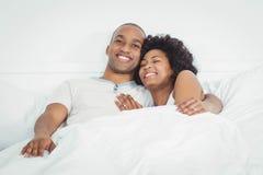 szczęśliwa łóżkowa para zdjęcia stock