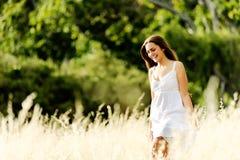 Szczęśliwa łąkowa chodząca kobieta Obrazy Royalty Free