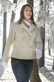 szczęśliwa ładna chodząca kobieta zdjęcia stock