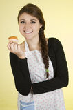 Szczęśliwa ładna młoda dziewczyna jest ubranym kulinarnego fartucha Obrazy Stock
