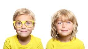 Szczęśliwa śliczna chłopiec z żółtymi szkłami fotografia royalty free