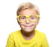 Szczęśliwa śliczna chłopiec z żółtymi szkłami obrazy stock