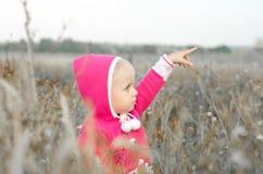 Szczęśliwa śliczna dziewczyna bawić się w polu fotografia royalty free