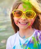 Szczęśliwa śliczna mała dziewczynka na holi koloru festiwalu Zdjęcie Royalty Free