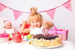 Szczęśliwa śliczna mała dziewczynka przy przyjęciem urodzinowym obraz stock