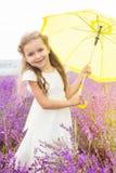 Szczęśliwa śliczna mała dziewczynka w lawendy polu z Zdjęcie Royalty Free