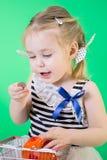 Szczęśliwa śliczna mała dziewczynka z prosiątko bankiem obraz stock
