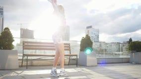 Szczęśliwa śliczna millenial modniś dziewczyna ma zabawę plenerową przy miasto ulic miastowym tłem Piękno kobiety przędzalnictwo, zbiory wideo