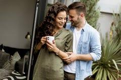 Szczęśliwa śliczna para w miłości obejmuje each innego i pije kawę fotografia royalty free