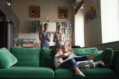 Szczęśliwa śliczna preschool dziewczyna i chłopiec bawić się wpólnie na kanapie zdjęcia royalty free