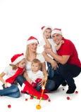 Szczęśliwa śliczna rodzina w Santa kapeluszach Fotografia Stock