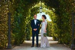 Szczęśliwa ślub para chodzi pięknym ogródem zdjęcia stock