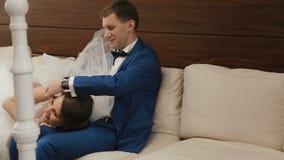 Szczęśliwa ślub para relaksuje na kanapie w rocznik kawiarni Dnia Ślubu pojęcie zdjęcie wideo