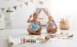 Szczęśliwa śmieszna dziecko farba z farbą obraz royalty free