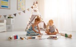 Szczęśliwa śmieszna dziecko farba z farbą fotografia stock