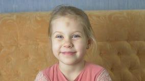 Szczęśliwa Śmieszna Mała błękitnooka dziewczyna Wysyła buziaka zdjęcie wideo