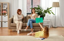Szczęśliwa żeńska rodzina wydaje czas w domu zdjęcie royalty free