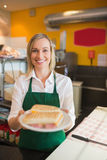Szczęśliwa żeńska wlaściciel sklepu porci kanapka Obraz Stock