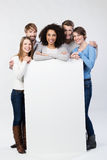 Szczęśliwa życzliwa grupa młodzi przyjaciele z znakiem Fotografia Stock