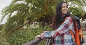 Szczęśliwa życzliwa kobieta jest ubranym plecaka zbiory wideo