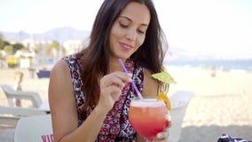 Szczęśliwa życzliwa kobieta pije tropikalnego koktajl zbiory