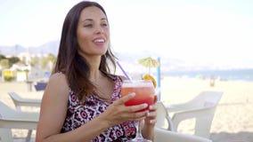 Szczęśliwa życzliwa kobieta pije tropikalnego koktajl zdjęcie wideo